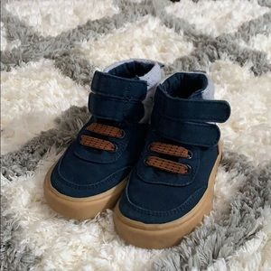 Baby boys size 5 high top shoe. Old navy.
